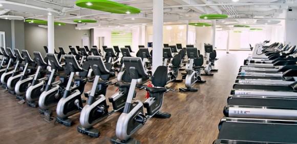 Biurowce z fitness klubem w tle