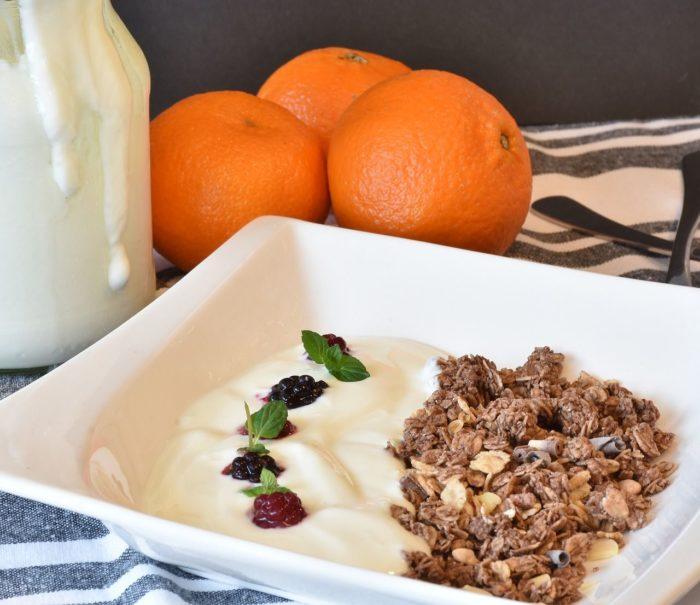 Płatki śniadaniowe i musli – fajne propozycje na śniadanie