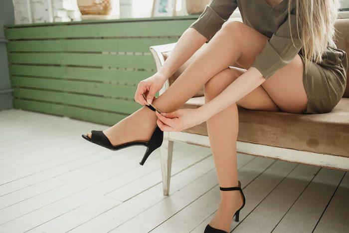 Kreacja na wieczór – jak dobrać buty i dodatki do sukienki?